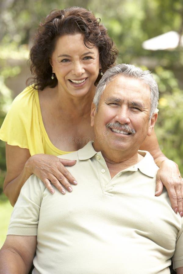 Ältere Paare, die sich zusammen im Garten entspannen stockfotografie