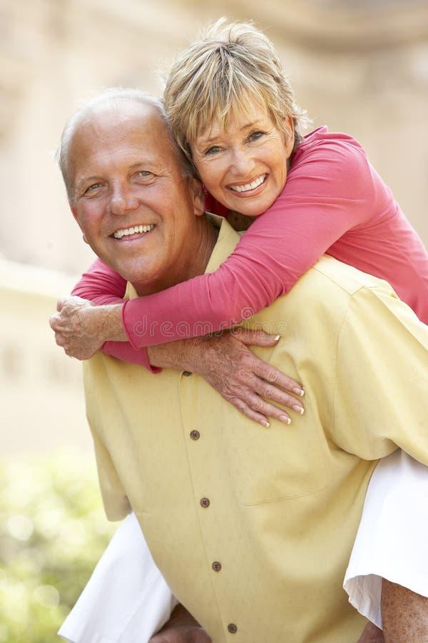 Ältere Paare, die Spaß in der Stadt haben stockfotos
