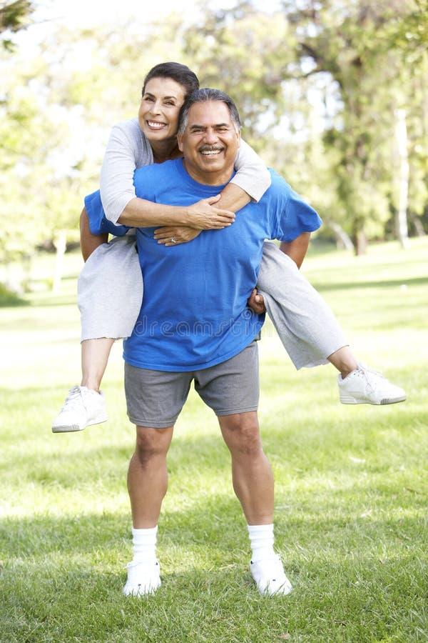 Ältere Paare, die Spaß im Park haben lizenzfreies stockfoto