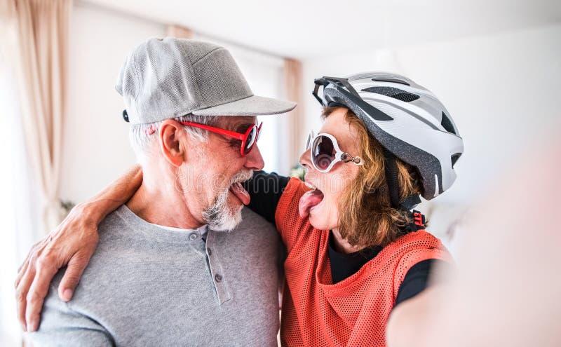 Ältere Paare, die Spaß zu Hause haben lizenzfreie stockfotos