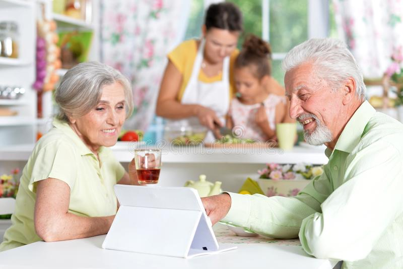 Ältere Paare, die Tablette betrachten lizenzfreies stockfoto