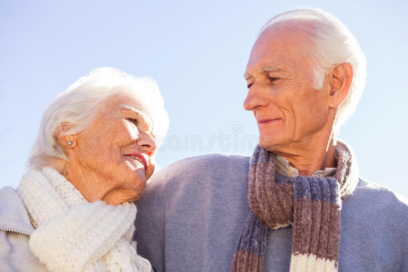 Ältere Paare, die umfassen und sich betrachten lizenzfreies stockfoto