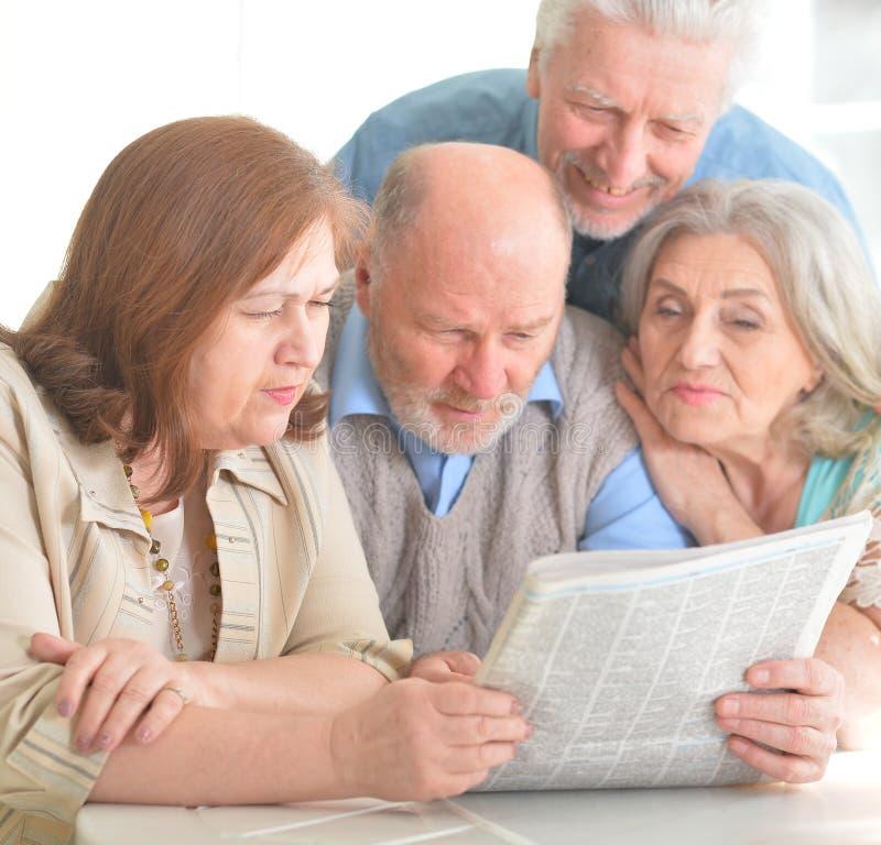 Ältere Paare, die Zeitung lesen stockfotos
