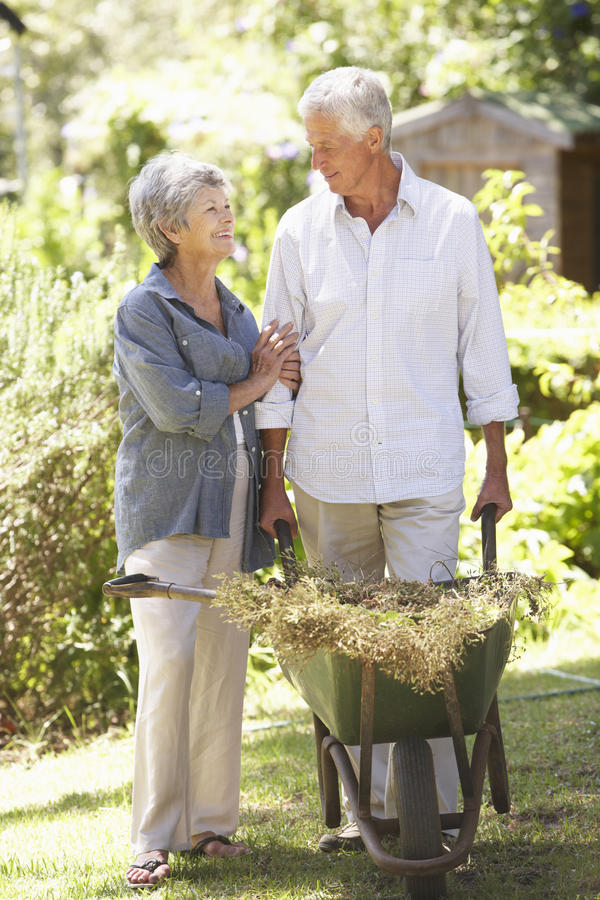 Ältere Paare, die zu Hause im Garten arbeiten stockfoto