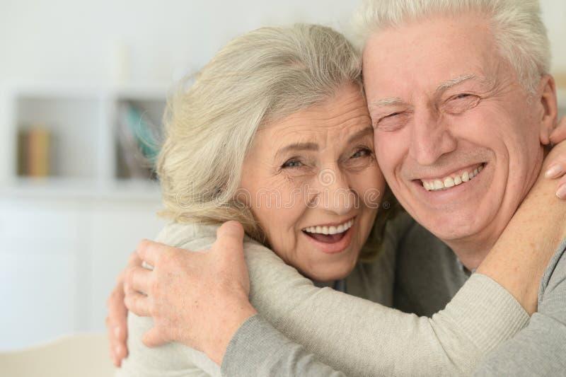 Ältere Paare, die zu Hause lachen stockbilder