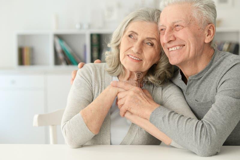 Ältere Paare, die zu Hause lachen lizenzfreie stockbilder
