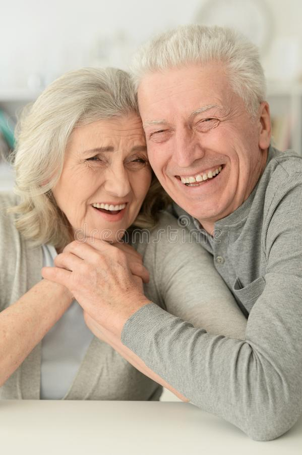 Ältere Paare, die zu Hause lachen lizenzfreies stockbild