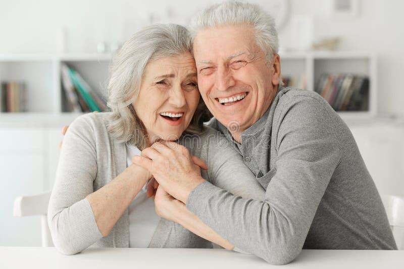 Ältere Paare, die zu Hause lachen stockfotografie