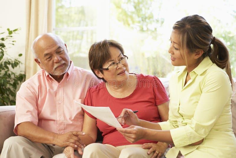 Ältere Paare, die zu Hause mit Finanzberater sprechen stockbild