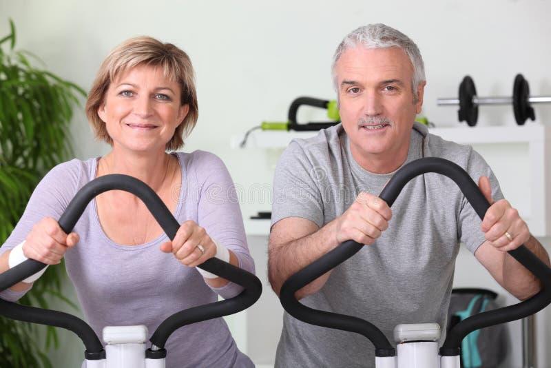 Ältere Paare, die zuhause Sport tun stockfotografie