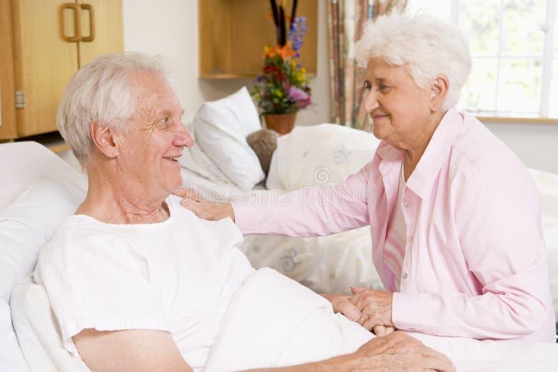 Ältere Paare, die zusammen im Krankenhaus sitzen stockbilder