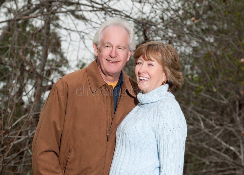 Ältere Paare, die zusammen lachen stockbilder