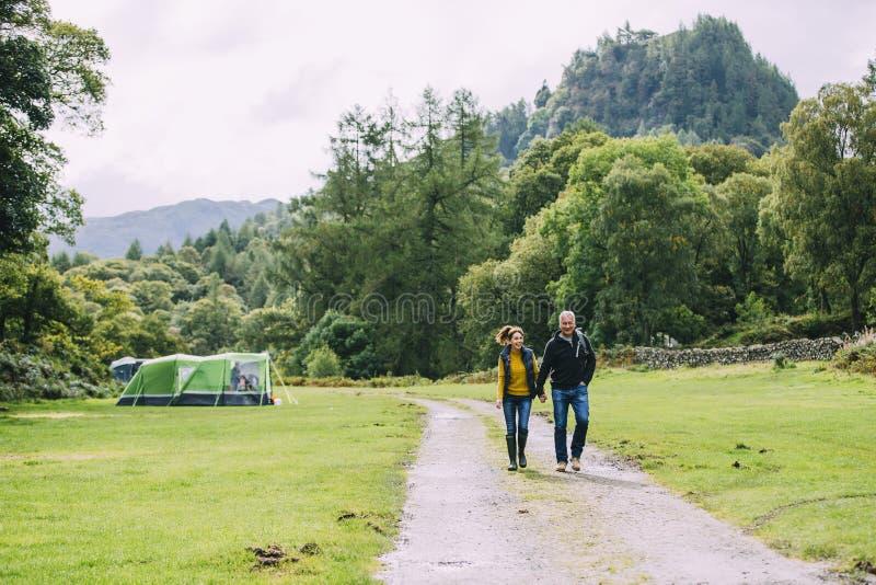 Ältere Paare, die zusammen wandern lizenzfreies stockbild