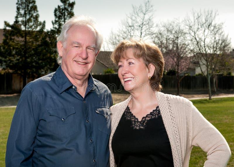 Ältere Paare draußen lizenzfreie stockfotos