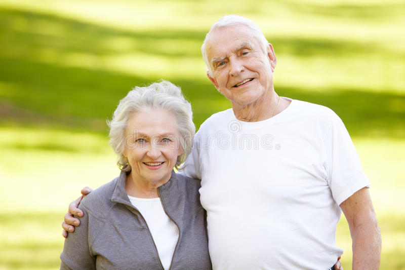 Ältere Paare draußen stockfotografie