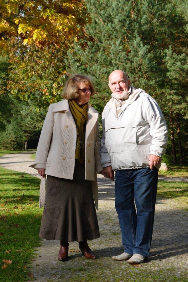 Ältere Paare in einem Park lizenzfreies stockbild