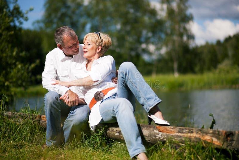 Ältere Paare in einem See stockfoto