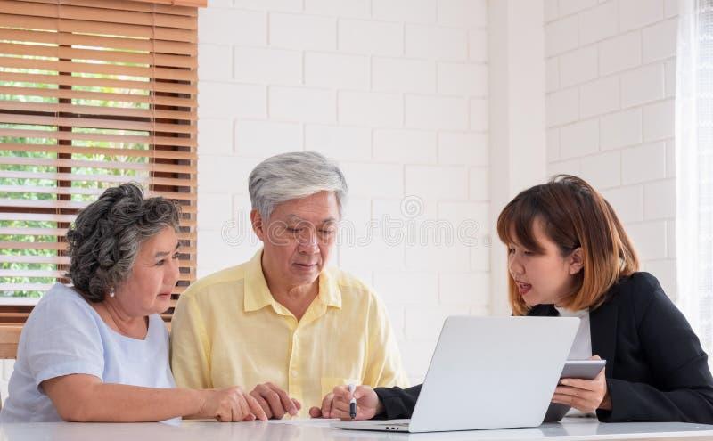 Ältere Paare erhalten Rat vom Finanzplaner zu Hause Altern zu Hause stockfoto