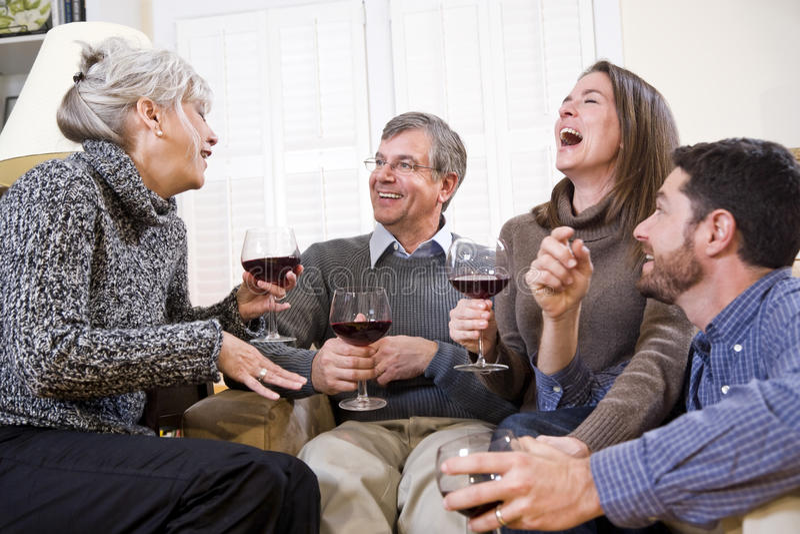 Ältere Paare, erwachsene sprechende und trinkende Kinder lizenzfreies stockfoto