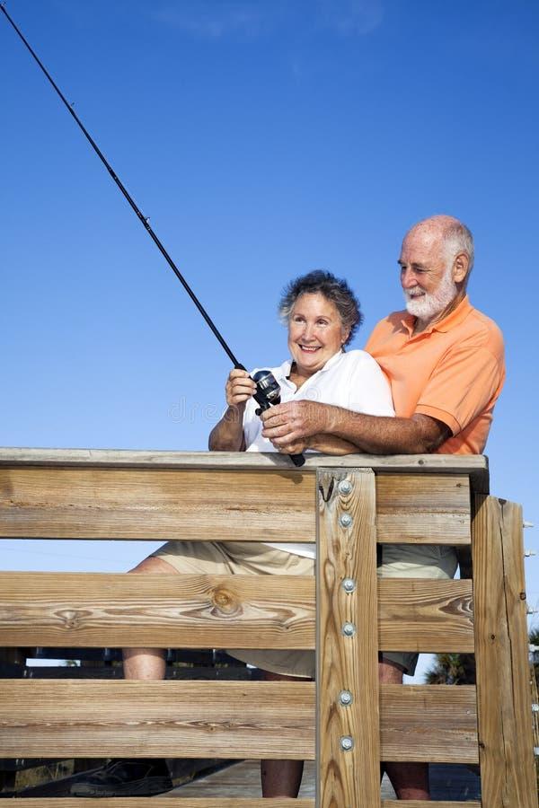 Ältere Paare - Fischen-Spaß lizenzfreie stockbilder