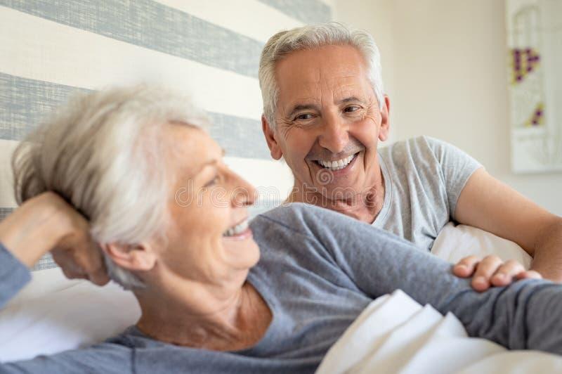 Ältere Paare im Bett lizenzfreies stockfoto