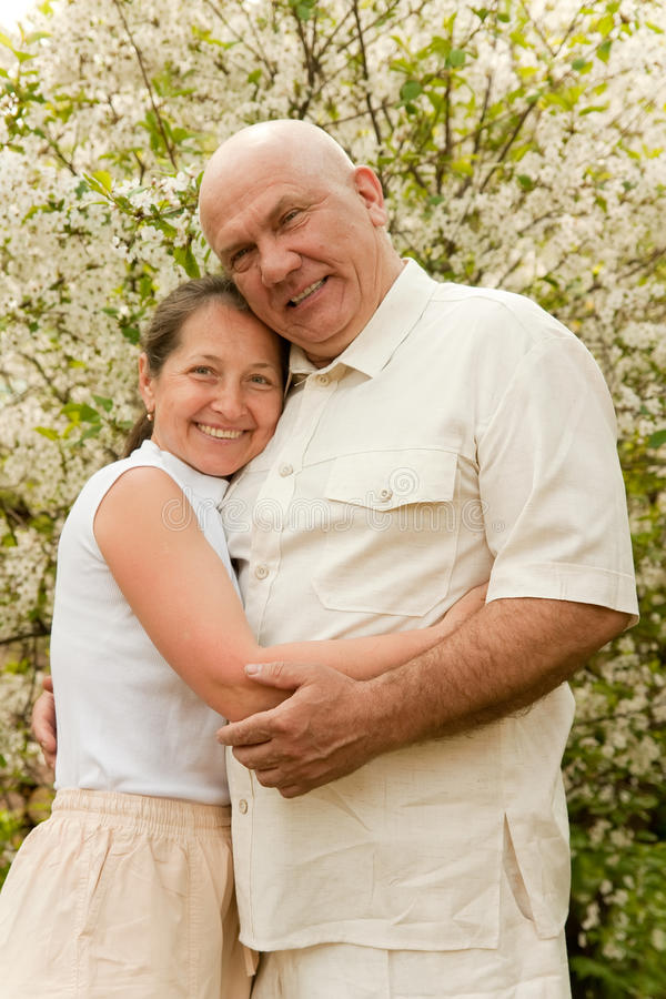 Ältere Paare im Frühjahr lizenzfreie stockfotografie