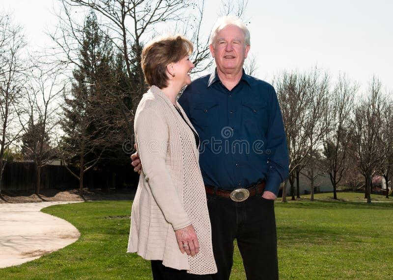 Ältere Paare im Park stockfoto