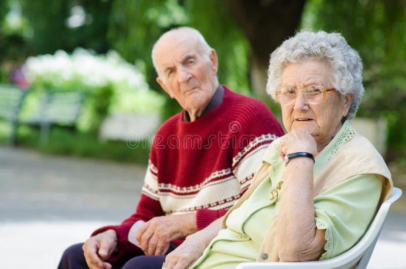 Ältere Paare im Park lizenzfreie stockfotografie