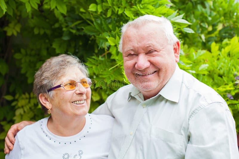 Ältere Paare im Park stockfotografie