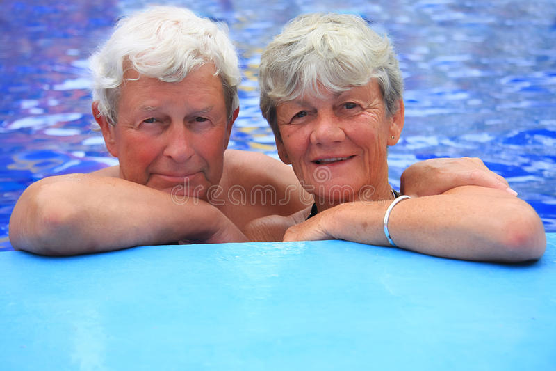 Ältere Paare im Swimmingpool. lizenzfreie stockfotos