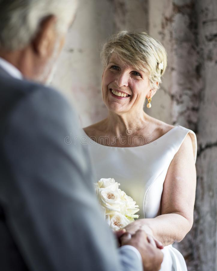 Ältere Paare mit Blume Bouqet lizenzfreie stockfotografie