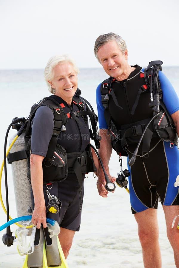 Ältere Paare mit der Sporttauchen-Ausrüstung, die Feiertag genießt lizenzfreies stockbild