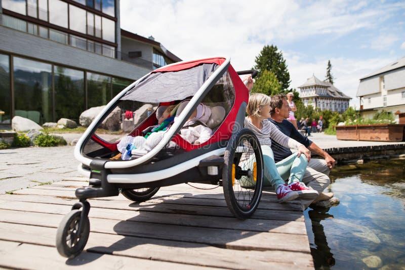 Ältere Paare mit Enkelkindern in rüttelndem Spaziergänger lizenzfreies stockbild