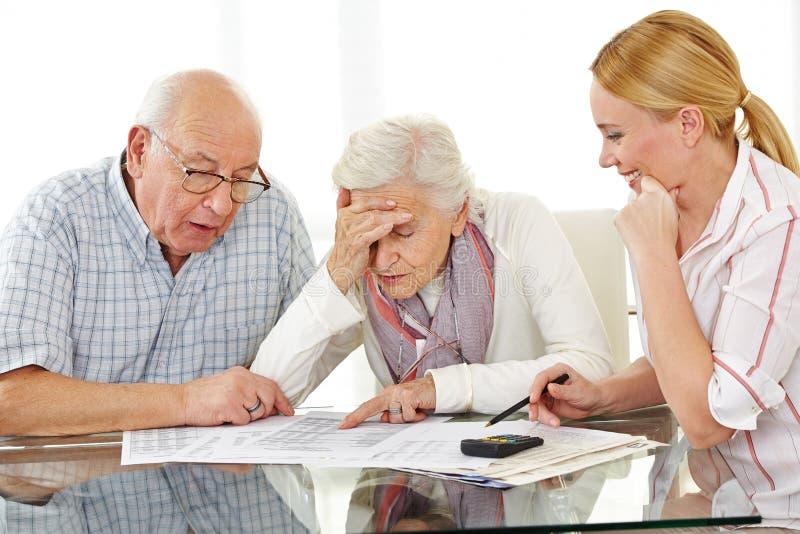 Ältere Paare mit Finanz lizenzfreie stockbilder