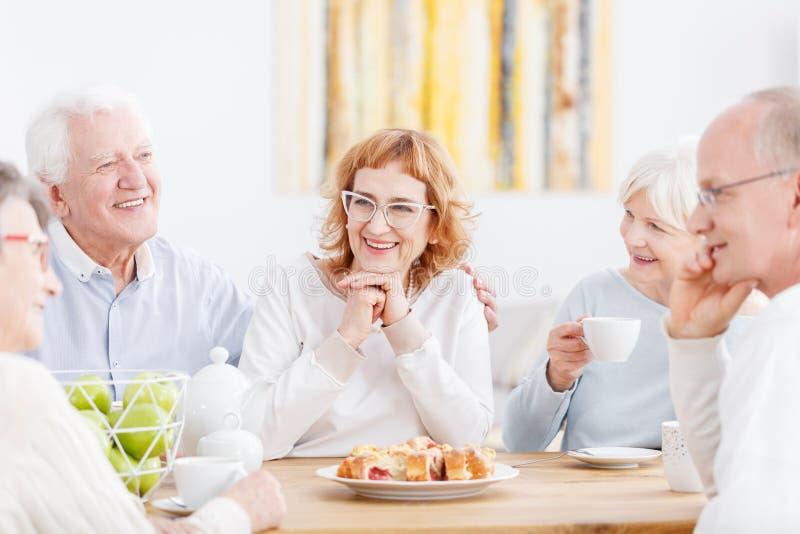 Ältere Paare mit freundlichen Nachbarn lizenzfreies stockfoto
