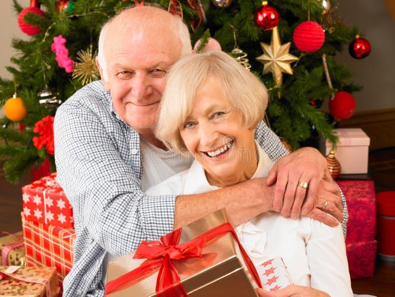 Ältere Paare mit Geschenken lizenzfreie stockbilder