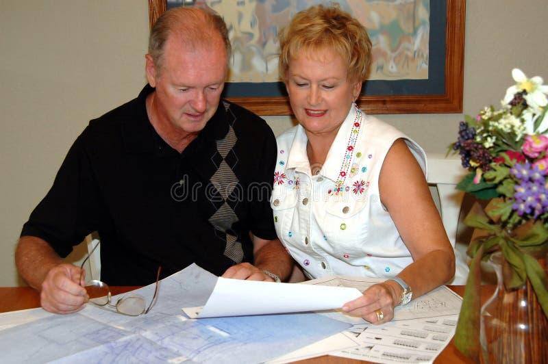 Ältere Paare mit Hausplänen stockfoto