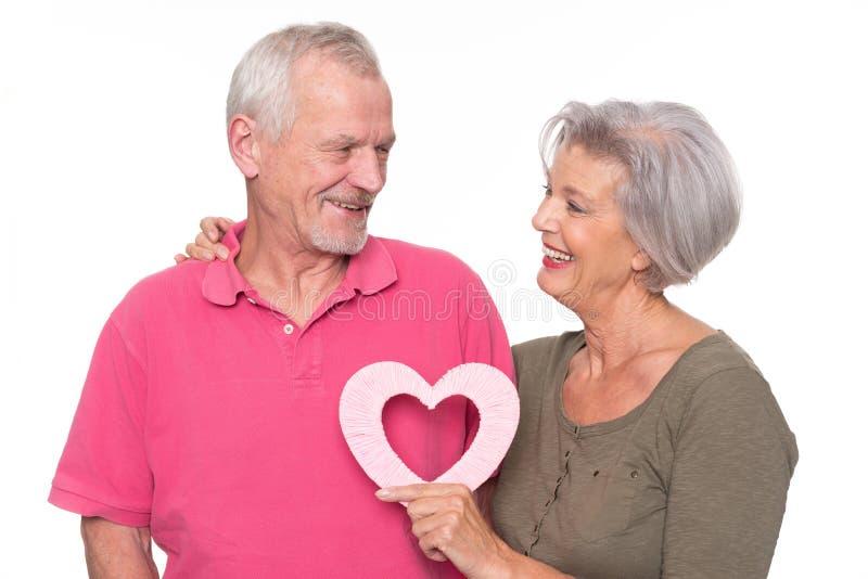 Ältere Paare mit Herzen lizenzfreie stockbilder