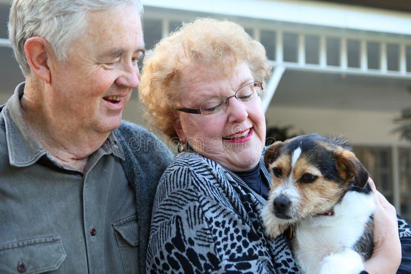 Ältere Paare mit Hund lizenzfreie stockfotos
