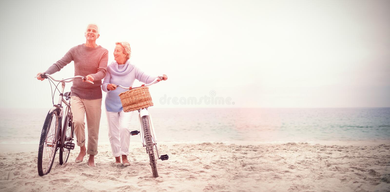 Ältere Paare mit ihren Fahrrädern stockfotos