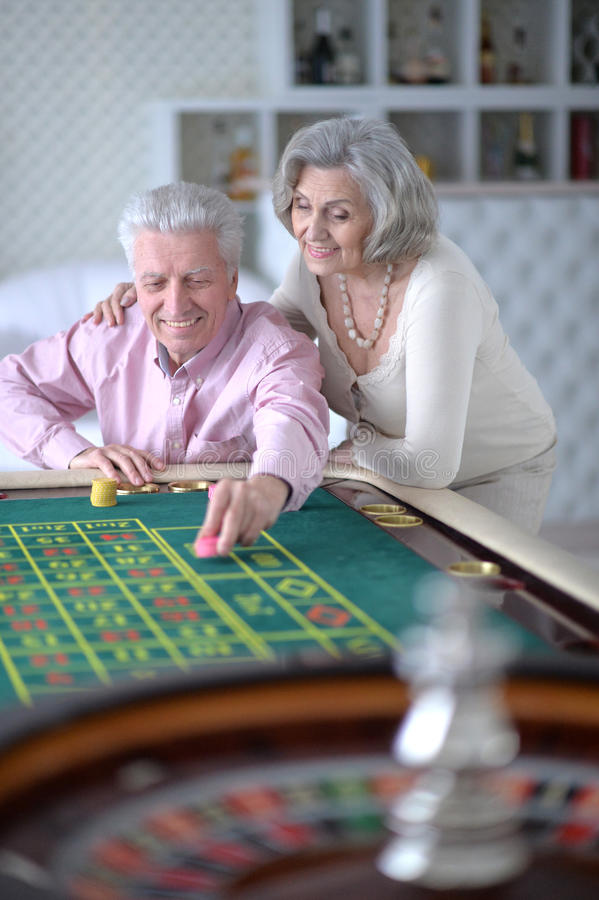 Ältere Paare mit Kasinochips lizenzfreies stockfoto