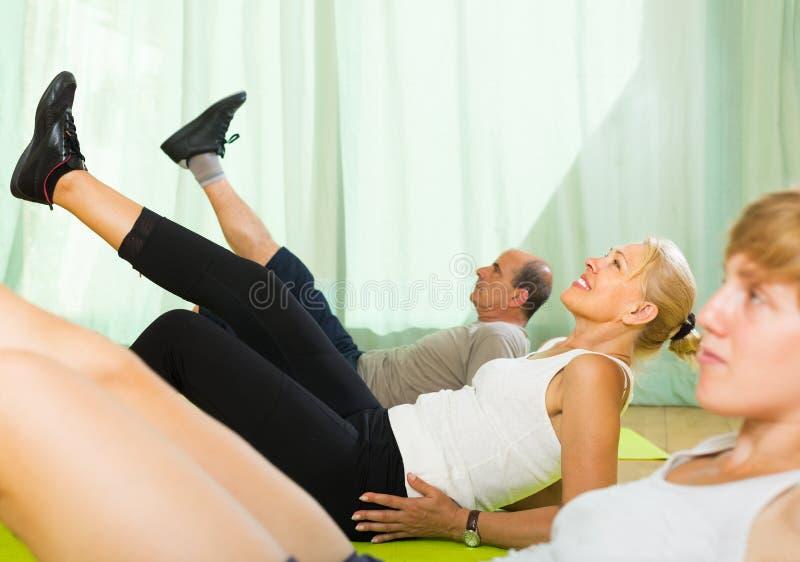 Ältere Paare mit Trainer lizenzfreies stockbild