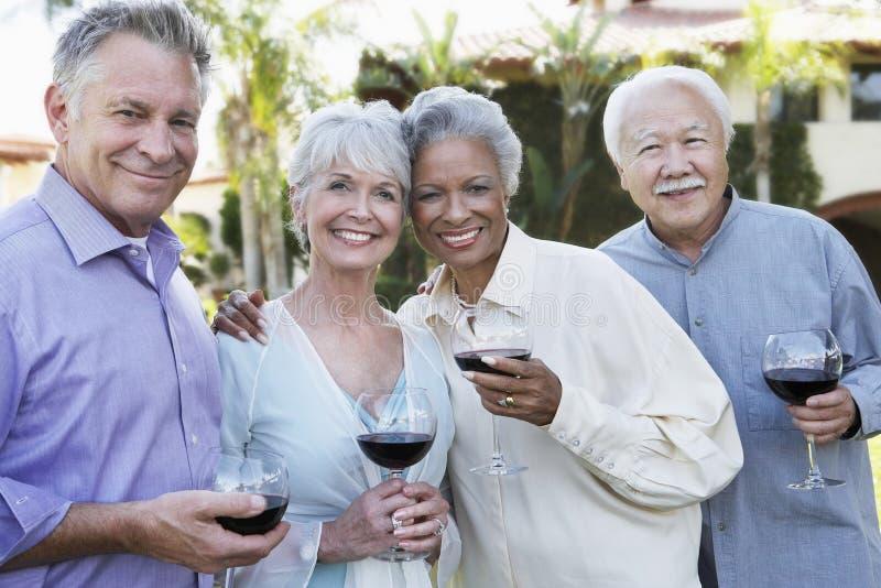 Ältere Paare mit Wein-Gläsern draußen lizenzfreie stockfotografie