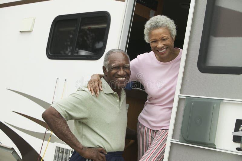 Ältere Paare mit Wohnmobil (Porträt) stockfotos