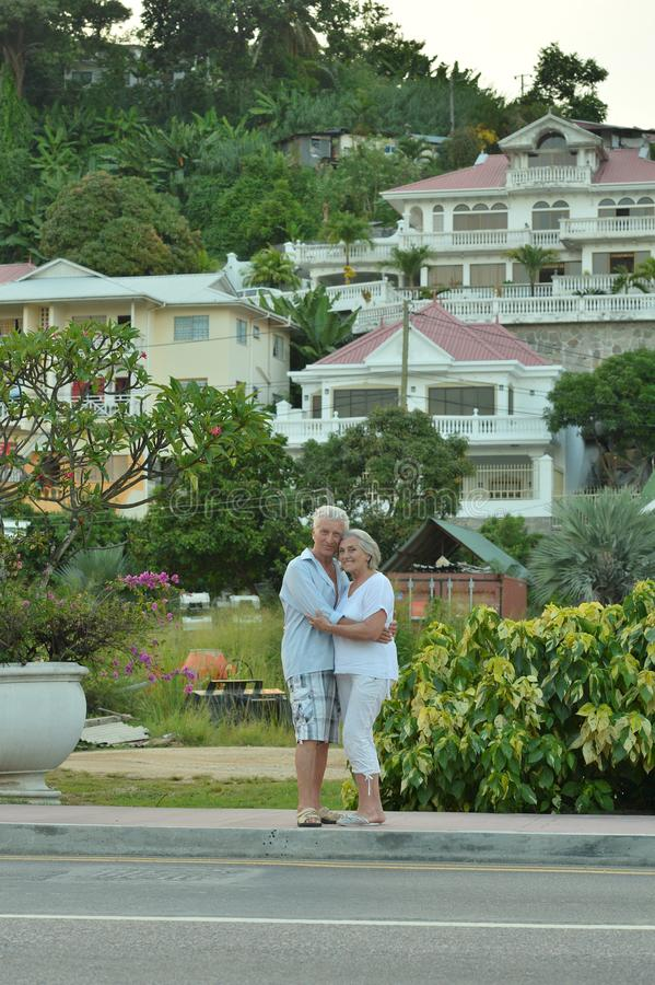 Ältere Paare nähern sich Hotelerholungsort lizenzfreies stockfoto