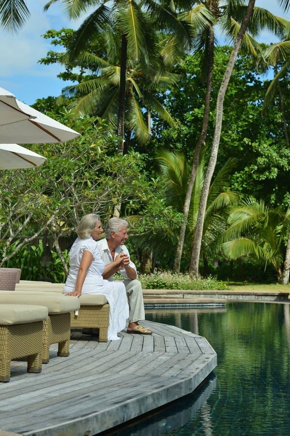 Ältere Paare nähern sich Swimmingpool stockbilder