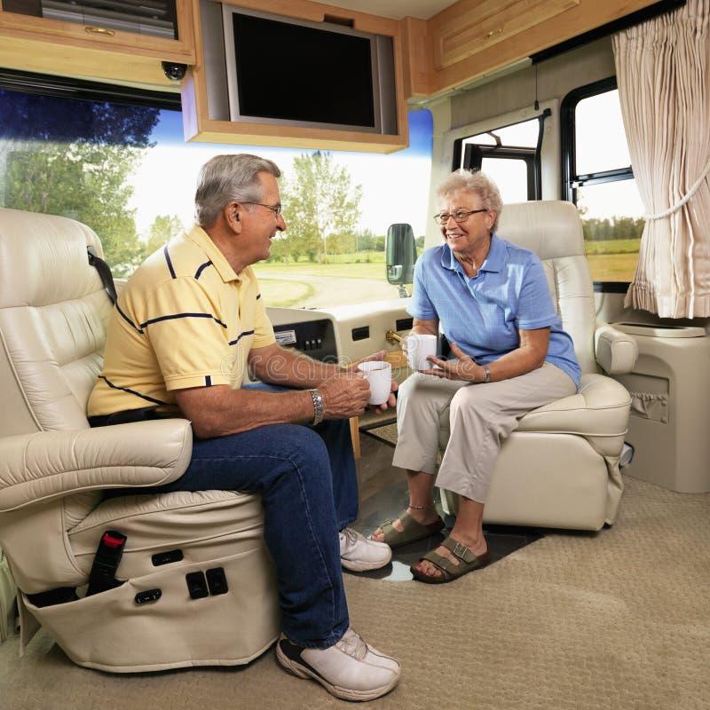 Ältere Paare in RV. stockfotos