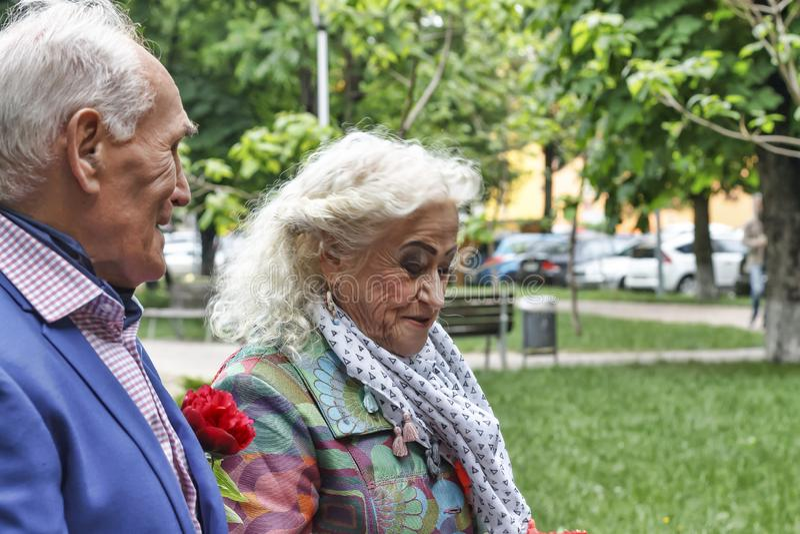 Ältere Paare, sitzende Leute, Parkbank, Kopienraum lizenzfreie stockbilder