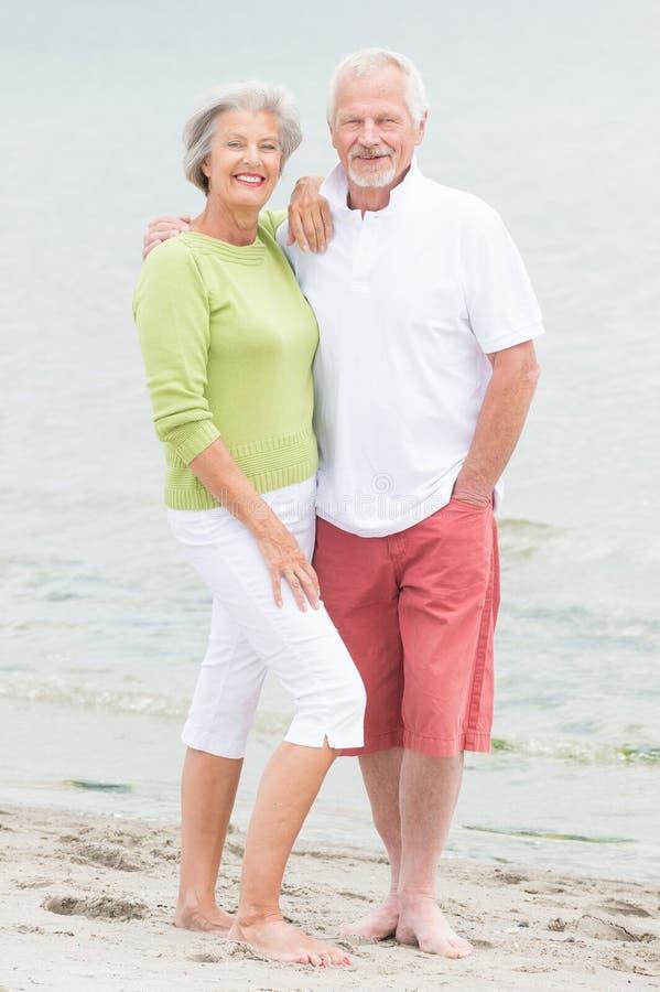 Ältere Paare am Strand stockbild