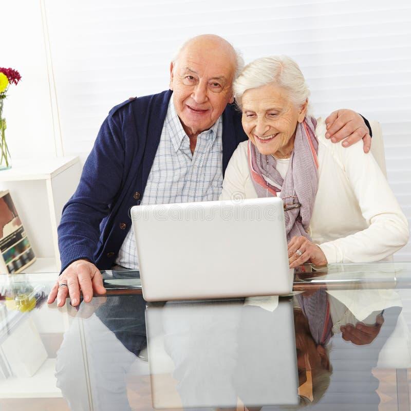 Ältere Paare unter Verwendung des Internets lizenzfreies stockfoto